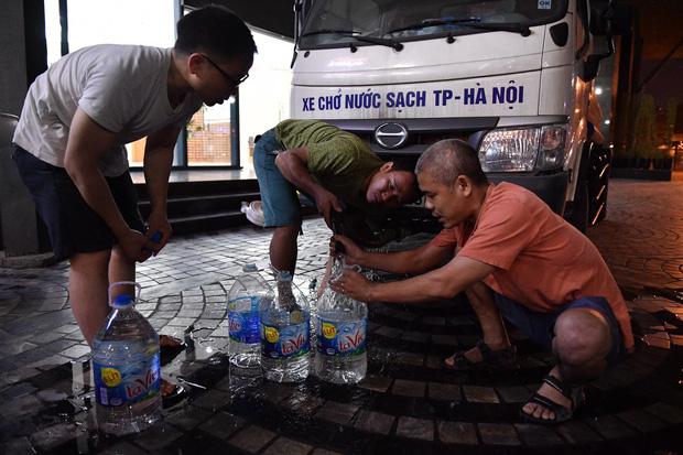 Người dân thức xuyên đêm chờ lấy nước sạch