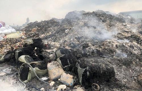 Chủ bãi phế liệu gom chất thải công nghiệp để đốt