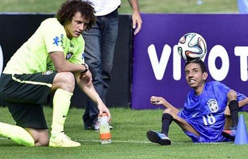 Cậu nhóc Brazil tâng bóng như Neymar