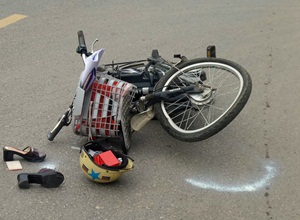 Xe đạp điện phóng nhanh đâm vào oto