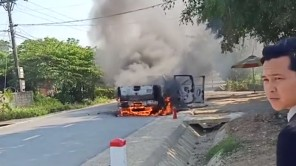 Xe bán tải bốc cháy ngùn ngụt khi đang đỗ trên đường