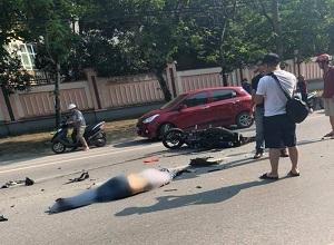 Oto đi ẩu không quan sát tông trúng người đàn ông dừng xe lề đường