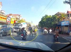 Thông chốt CSGT nam thanh niên đi xe máy ngã sấp mặt