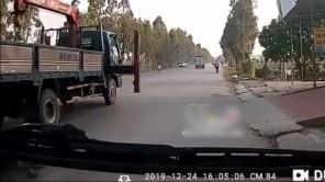 Xe gắn cẩu thò chân ra ngoài quật ngã người phụ nữ đi đường