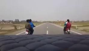 Nhóm thanh niên đánh võng trước xe ô tô