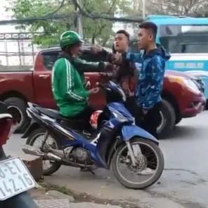 Thanh niên đánh bác tài xe ôm