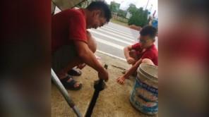 Ông bố giật cá liên tục ở hố ga trên phố