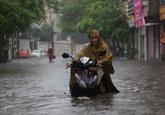 Phố trung tâm Hà Nội ngập sâu nửa mét sau mưa lớn