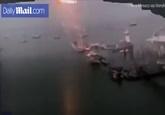 Mỹ: Rợn người khoảnh khắc sét đánh trúng thuyền buồm, gây tiếng nổ lớn như bom