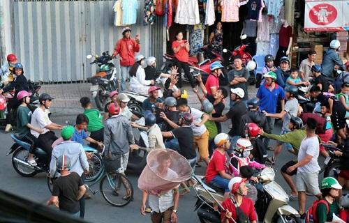 Clip: Biển người tranh nhau lao vào 'cướp tiền' cúng cô hồn ở Sài Gòn