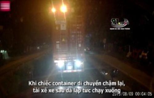 Màn trừng phạt 'độc đáo' xe container đấu đèn đuôi gây chói