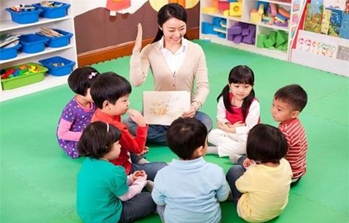 Màn chào hỏi học sinh độc đáo của cô giáo mầm non