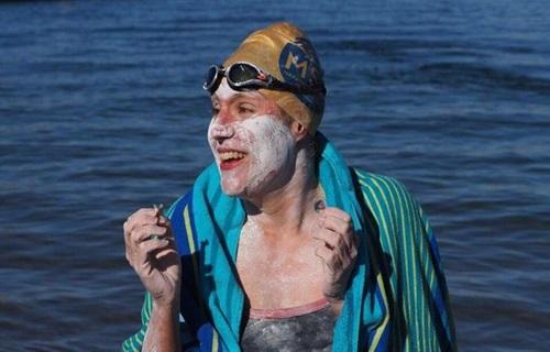 Người phụ nữ bơi 4 chặng liên tiếp qua eo biển Manche