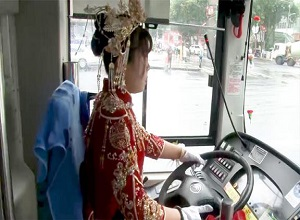 Cô dâu lái xe buýt đến dự đám cưới gây sốt