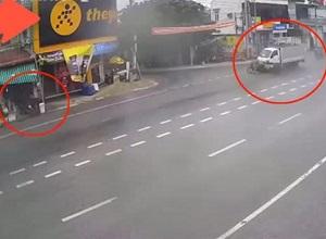 Tông bay lái xe máy kéo 'rơ moóc', ô tô tải lao vào cửa hàng tạp hóa, 1 người thoát 'tử thần'