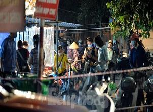 Hà Nội nới lỏng, nhiều người dân xếp hàng đi mua cây cảnh
