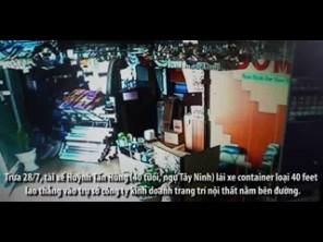 Camera ghi hình nam nhân viên thoát chết khi container lao tới