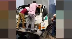 Camera chộp cảnh ôtô tải tông xe khách, dân cạy cửa cứu tài xế