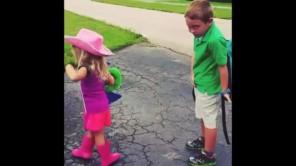 Đây là clip ngọt ngào nhất về tình yêu của em gái với anh trai bạn từng được xem!