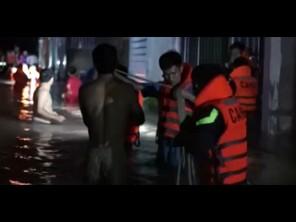 Bình Dương dùng thuyền phao sơ tán hàng trăm người do ngập