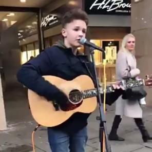 Cậu bé 15 tuổi có màn biểu diễn đẳng cấp trên đường phố