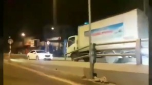 Nữ tài xế đi ngược chiều bị xe tải ép lùi trên cầu