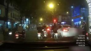 Hai thanh niên dàn cảnh, cướp túi xách giữa phố Hà Nội
