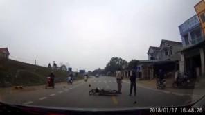 Người phụ nữ thoát chết khó tin sau cú tông của xe tải