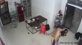 Chồng đánh vợ ngất, kéo lê ra ngoài cửa trước mặt 2 con nhỏ gây phẫn nộ
