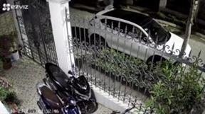 Clip: Ô tô đỗ trước cửa nhà bị trộm vặt gương chỉ trong 30 giây