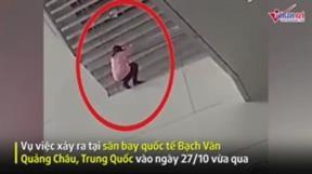 Nhân viên an ninh tay không đỡ cô gái nhảy lầu tự tử ở sân bay
