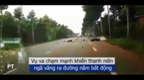'Quái xế' chạy xe máy tốc độ cao lao thẳng vào ô tô vì vượt ẩu
