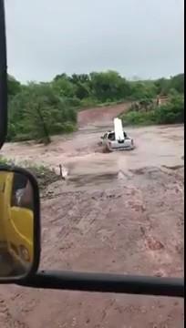 Ô tô cố tình băng qua dòng nước lũ và cái kết đắng