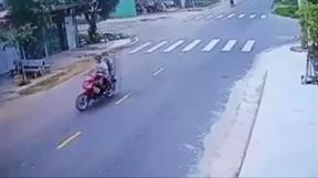 Chạy tốc độ kinh hoàng xe máy bị ô tô hất tung lên trời