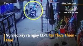 Huế: Hai vợ chồng thoát chết trước đầu xe container