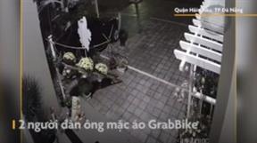 Đà Nẵng: Hai người đàn ông mặc đồ GrabBike đi trộm hoa