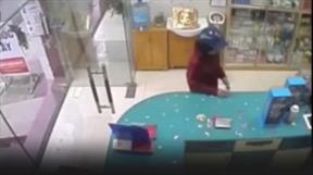 Vào mua thuốc, cướp luôn điện thoại