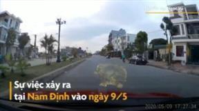 Một phụ nữ suýt bị ôtô tông khi qua đường đột ngột