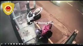 Ngang nhiên trộm xe máy trước cửa hàng ở TP.HCM
