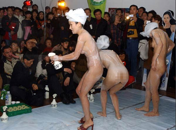 shower 1 Chỉ có ở Trung Quốc: Cởi truồng bôi sữa tắm lên người để quảng cáo