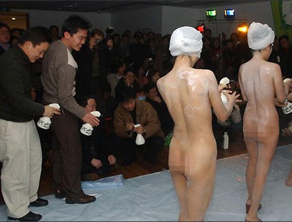 shower 2 Chỉ có ở Trung Quốc: Cởi truồng bôi sữa tắm lên người để quảng cáo