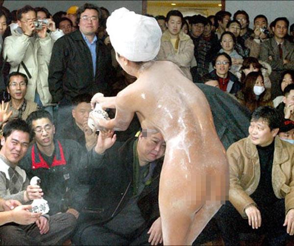 shower 3 Chỉ có ở Trung Quốc: Cởi truồng bôi sữa tắm lên người để quảng cáo