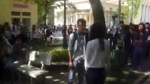 Nữ sinh Thương Mại tỏ tình với bạn trai ngay giữa sân trường