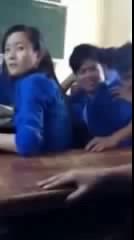 Nghịch áo nghực bạn gái trong lớp