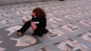 Cô gái giật lắc điên cuồng giữa phố