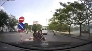 Học sinh đi xe đạp điện cân 3 vi phạm luật