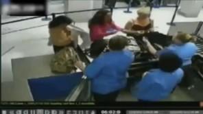 Người phụ nữ nude để phản đối màn kiểm tra an ninh tại sân bay
