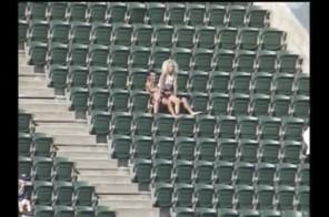 SHOCK cặp đôi làm chuyện ấy ngay tại sân bóng