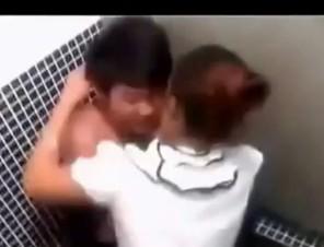 Chàng trai bị bạn gái cưỡng bức quyết liệt trong thang máy