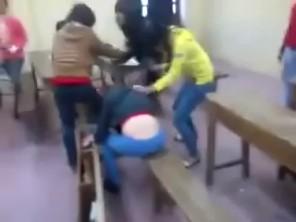 Nữ sinh đánh bạn như trong tù